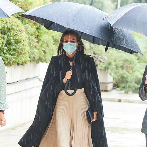 Auch der fieseste Regen kann ihr nichts anhaben: Königin Letizia strahlt bei der Preisverleihung der Modeindustrie in Madrid. Dazu trägt sie unter ihrem schwarzen Mantel eine schwarze Bluse und einen beigefarbenen Plissee-Rock von Massimo Dutti.
