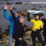 Ganz bescheiden stolz sind Prinzessin Mette-Marit und Prinz Haakon auf diesem Foto, das Tochter Ingrid Alexandra und andere Freunde als neue Surf-Begeisterte der norwegischen Junioren-Klasse zeigt! Wir wünschen viel Spaß und Erfolg!
