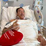 Arnold Schwarzenegger hat in Cleveland eine neue Aortenklappe bekommen, und die OP ist so gut verlaufen, dass er seinen Fans gleich danach schon Insta-Grüßeaus dem Krankenhaus schicken kann. Weiterhin gute Besserung, Arnie!