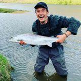 Einen richtige dicken Fisch hat sich Orlando Bloom geangelt, der wird aber gleich wieder frei gelassen. Und wenn er schon dabei ist, rät der Hollywood-Star seinen Instagram für den Planeten zu wählen.