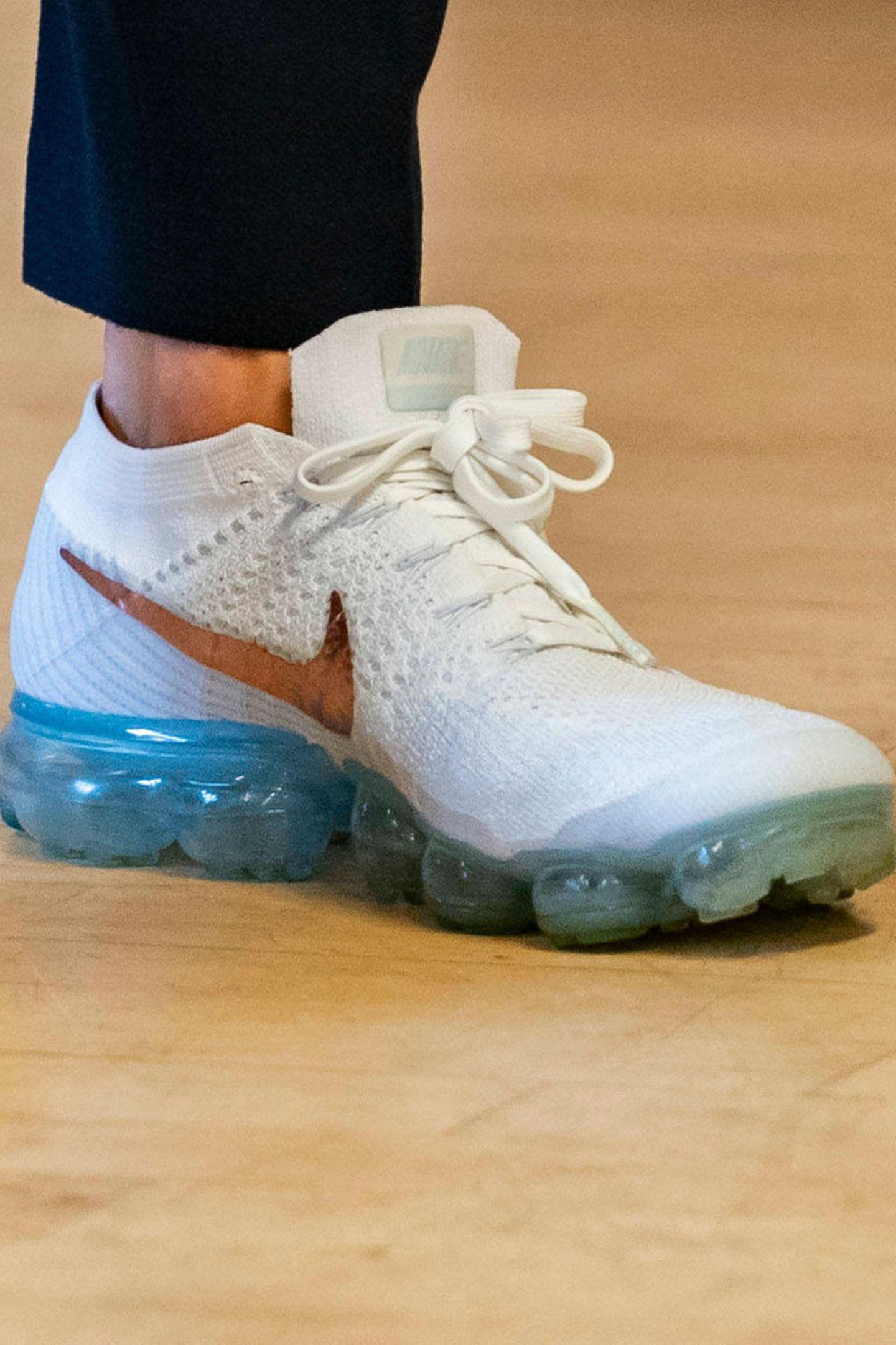 ... die super coolen und sehr auffälligen Vapormax Flyknit Sneaker von Nike trägt.
