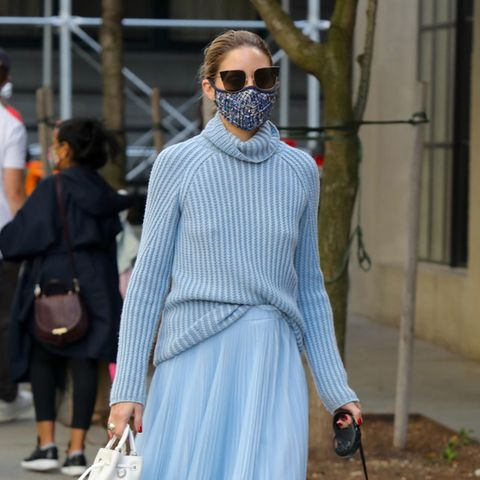 Wow, was für ein Look im tristen Herbst! Style-Ikone Olivia Palermo geht in New York im hellblauen Uni-Look spazieren - nur die Boots, Handtasche und Sonnenbrille fallen aus der Reihe.
