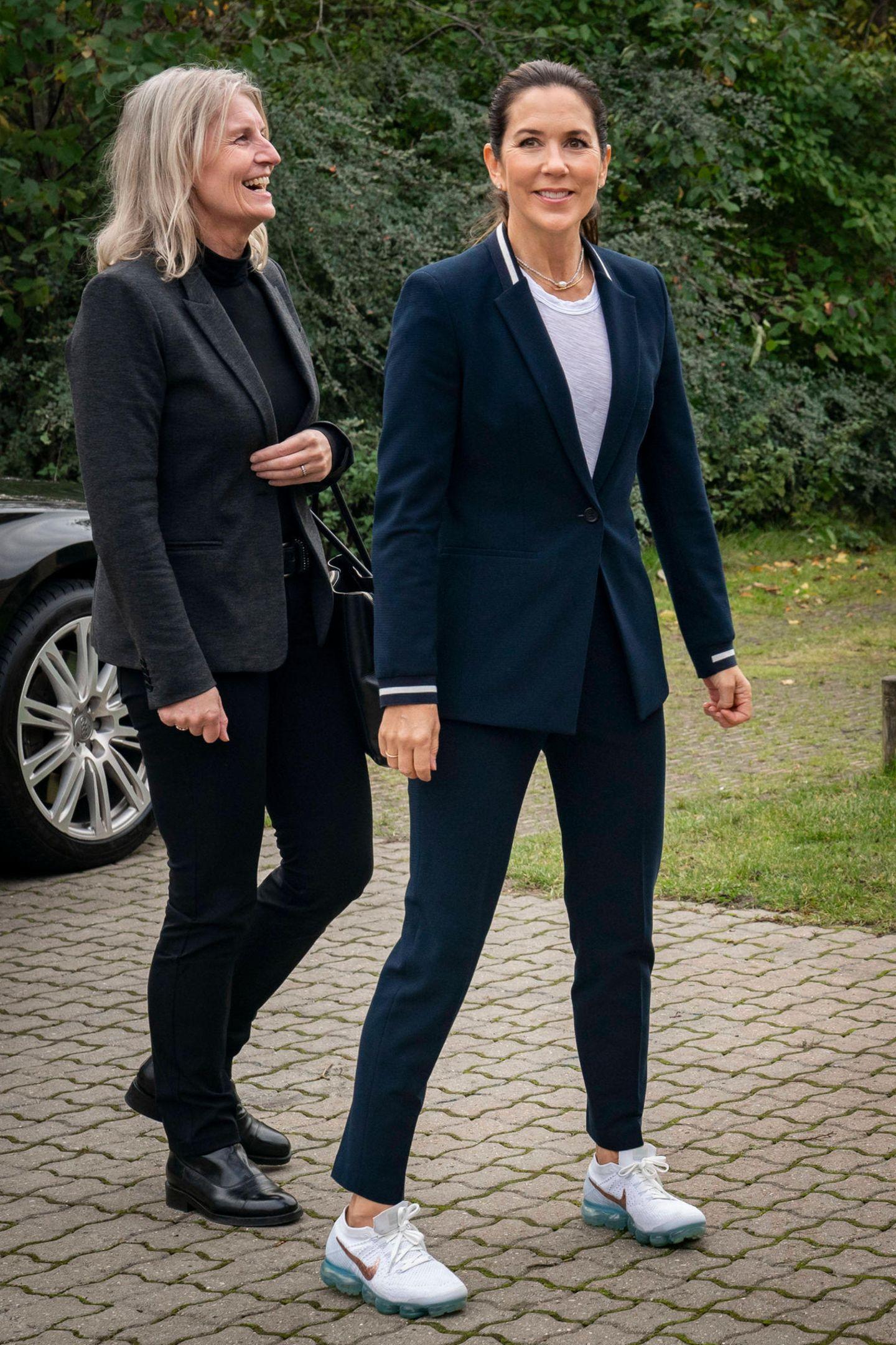 Beim Besuch des Helsingør Swimming Clubs trägt Prinzessin Mary auf den ersten Blick einen klassischen Businesslook. Auf den zweiten Blick fällt aber auf, dass sie zu ihrem Anzug von Hugo Boss ...