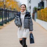 Daunenjacke, Strickkleid, Boots: Ann-Kathrin Götze zeigt den perfekten Herbstlook mit trendigen Teilen von Dior.
