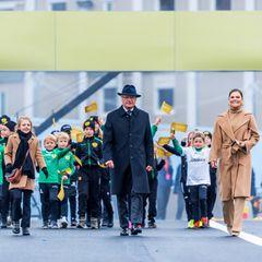 """Gemeinsam mit vielen Kindern beschreitet die königliche Familie bestens gelaunt den wichtigen neuen Verkehrsknotenpunkt der Stadt, die Guldbron, also""""Goldene Brücke"""" verbindet die Altstadt von Stockholm mit dem Stadtteil Södermalm."""