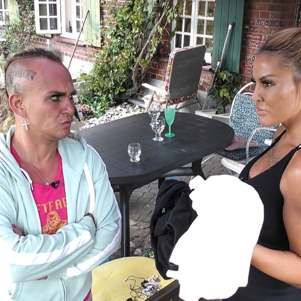 """Caro Robens und Lisha im """"Sommerhaus der Stars"""" - zu sehen auf RTL und TVNow."""