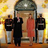 Melania Trump trägt einen orangefarbenen Veloursleder-Mantel