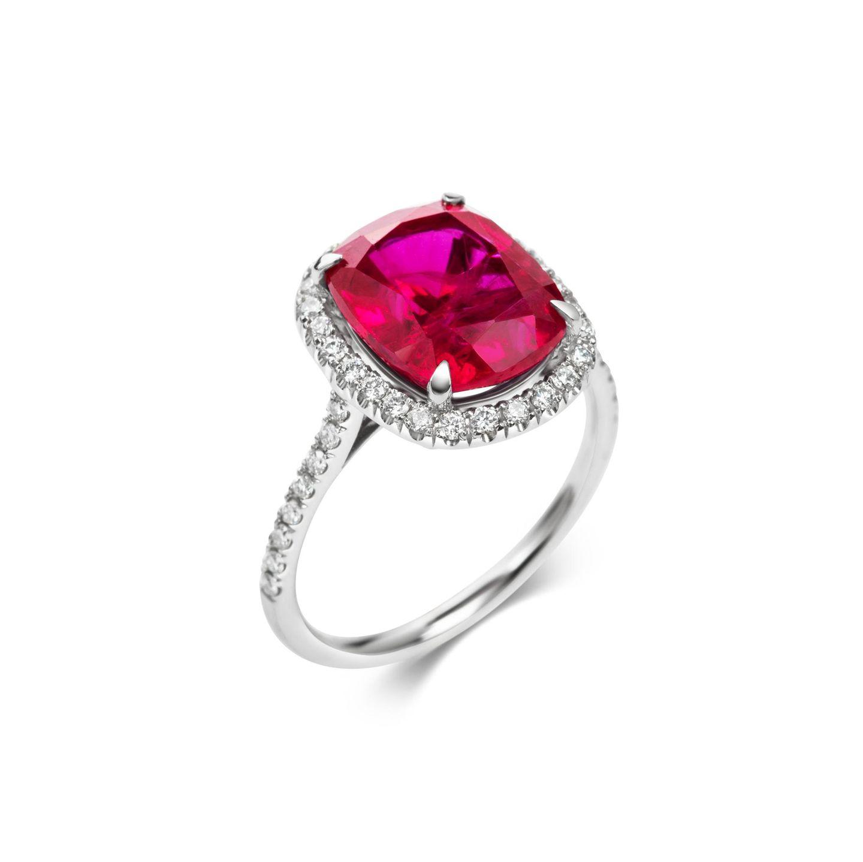 """Funkelnde Diamantenzüchten Visionäre heute im Labor. Dabei sind sie chemisch zu 100% echt, nachhaltig und konfliktfrei.Ring """"Diaz"""" mit 6-Karat-Rubin und Lab Grown Diamonds von LM Studio, ca. 3500 Euro"""