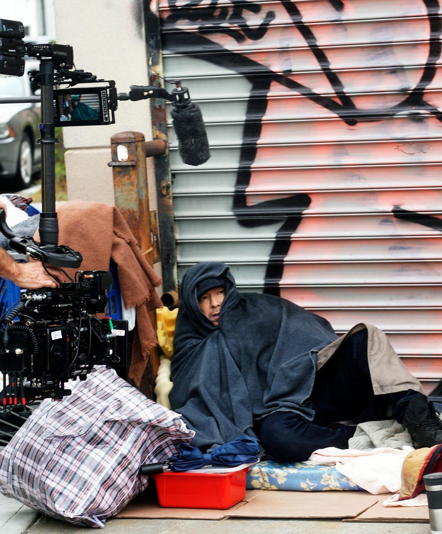 """Donnie Wahlberg dreht für die Serie """"Blue Bloods"""" eine Szene, in der er sich der Polizist als Obdachloser tarnt."""