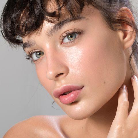 Brünette Frau mit strahlender Augenpartie