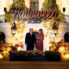 """Auch das Weiße Haus ist für Halloween 2020 bereit. Donald und Melania Trump verteilen beim alljährlichen """"Trick or Treat""""-Event die Süßigkeiten aufgrund Corona-Pandemie allerdings in diesem Jahr nicht selbst und halten den nötigen Abstand zu den Kindern."""