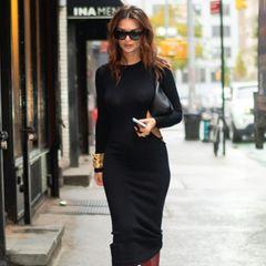 Emily Ratajkowski konnte ihre erste Schwangerschaft lange geheim halten. Kein Wunder, von vorne ist fast nichts zu erkennen! Nachdem sie die Baby-Bombe platzen ließ, flaniert sie jetzt in einem hautengen schwarzen Kleid und mit knallroten Bootsdurch die Straßen von New York.