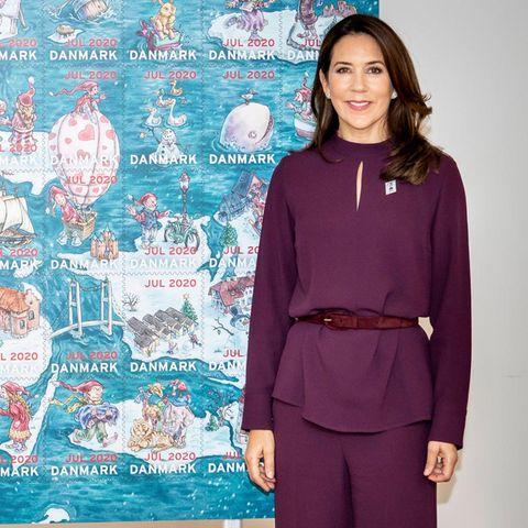 26. Oktober 2020  Prinzessin Mary enthüllt in Roskilde die diesjährige Weihnachtsbriefmarke, auf der sich Trolle, Tiere und Bauwerke tummeln. Seit 1904 gibt die Weihnachtsbriefmarken-Stiftung jedes Jahr eine spezielle Briefmarke heraus, deren Erlös an Heimkinder geht.
