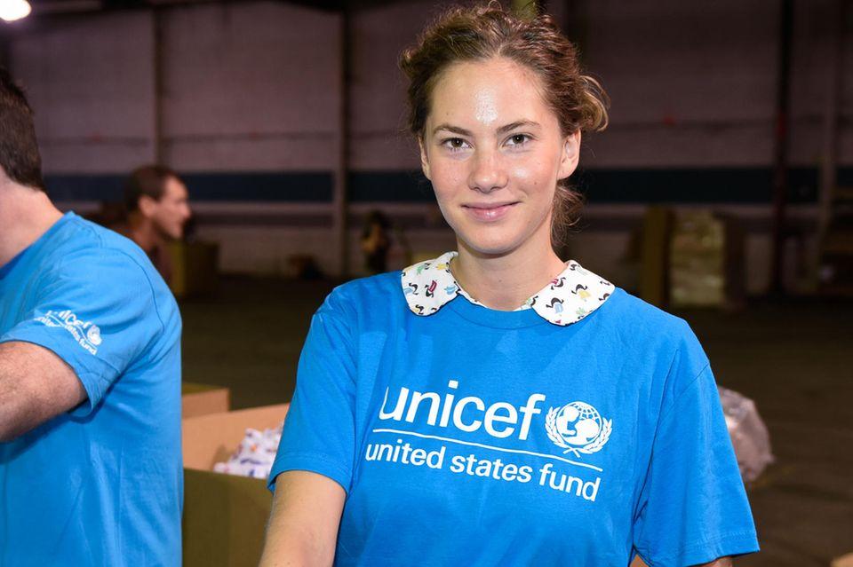 Emma Ferrer 2014 bei einer Packaktion von Unicef.