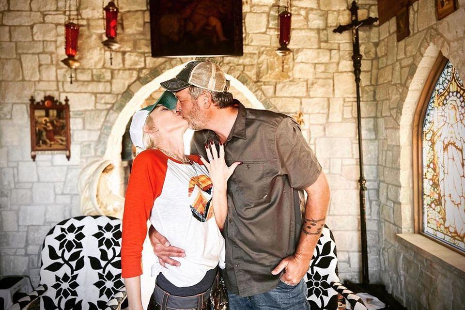 Mit diesem Foto bestätigen Gwen Stefani und Blake Shelton am 27. Oktober 2020 ihre Verlobung.