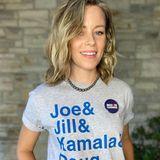 Mit ihrem T-Shirt macht Elizabeth Banks deutlich, wen sie bei derPräsidentschaftswahl unterstützt.