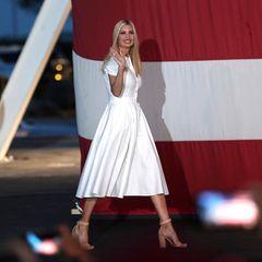 """Ivanka Trump rührt anlässlich der bevorstehenden Präsidentschaftswahl am 3. November die Werbetrommel für ihren Vater Donald Trump und setzt bei bei ihrem jüngsten Auftritt auf einen klassischen """"All White""""-Look. Die 38-Jährige trägt einweißesBlusenkleid mit Rüschen-Ärmeln und betonter Taille für 835 Euro, welches aus der Feder eines Mutter-Tochter-Designer-Duos aus Miami stammt. Dass auch ausgerechnet das Wahl-Event in Miami stattfindet, ist mit Sicherheit kein Zufall."""