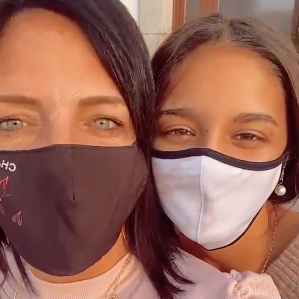 Daniela Büchner und Tochter Jada nach dem Besuch auf der Polizeistation.