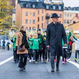 25. Oktober 2020  Prinzessin Estelle, König Carl Gustaf und Prinzessin Victoria zeigen sich Seite an Seite in Stockholm. Es ist das erste Mal seit dem Ausbruch des Coronavirus Anfang 2020, dass man den Monarchen mit seinen Thronerbinnen gemeinsamin der Öffentlichkeit sieht.
