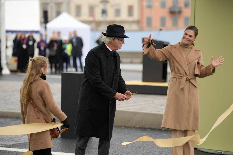 """Das Trio eröffnet die""""Slussbron"""", eine Schleusenbrücke, die die Altstadt Stockholms mit der Insel Södermalm verbindet."""