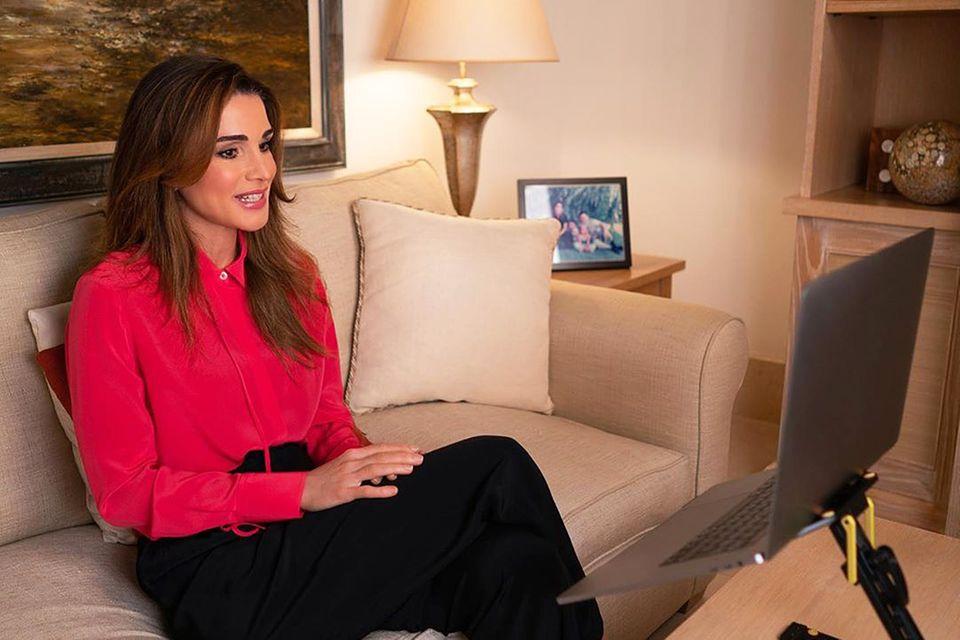 Schlichte Eleganz in hellen Tönenist im Arbeitszimmer von Königin Rania angesagt. Und bequem hat es die jordanische Monarchin auch,einen Video-Chat mit Kleinunternehmern, die von der Coronakrise betroffen sind, führt sie ganz gemütlich vom Sofa aus.