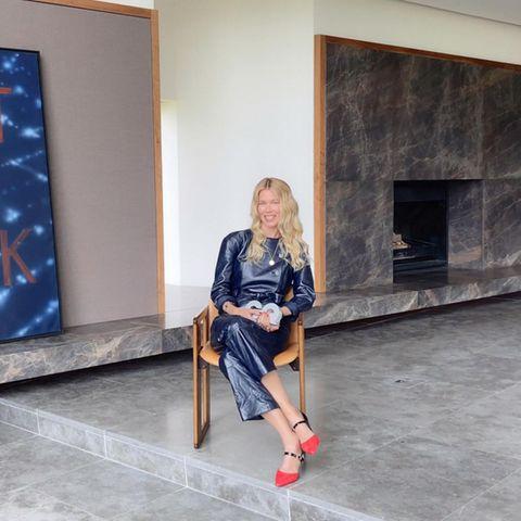 Dieses Wohnzimmer ist ein wahrgewordener Marmor-Traum: Claudia Schiffer empfängt zu Hause in London den GQ-Award und beeindruckt das Publikum mit einem seltenen Einblick in ihr Luxus-Heim. Das Wohnzimmer des Supermodels wirkt weitläufig und offen, auf Deko verzichtet Schiffer gänzlich. Besondere Hingucker: das große, dunkelblaue Bild sowie der bodentiefe Kamin. Die antik-wirkende Kommode im hinteren Bereich des Zimmerssetzt einen gekonnten Kontrast und lässt den Wohnbereich gemütlich wirken.