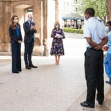 """Herzogin Catherine und Prinz William stehen für die """"Pride of Britain""""-Awards vor der Kamera. Bei der jährlichen Preisverleihung werden Briten geehrt, die herausfordernde Situationen gemeistert und Mut bewiesen haben. Das Paar dankt den Mitarbeitern des """"National Health Service"""", die während der Coronapandemie """"ihr Leben aufs Spiel gesetzt haben, um anderen zu helfen"""", im Namen der Nation."""