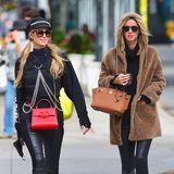 Ein Tag vorher sahder Look der Hotelerbin noch ganz anders aus. Perfekt zurechtgemacht mit Designer-Sonnenbrille von Thierry Lasry, Kapuzenpullover von Dolls Kill und einer roten Tasche von Valentino für ca. 1.890 Euro ist Paris Hilton mit ihrer Schwester Nicki Hilton in den Straßen von New York unterwegs.