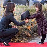 Stolz überreicht dieses kleine Mädchen Prinzessin Mary im Rahmen der Eröffnungsfeierlichkeiten einen Blumenstrauß. Dabei zeigt sich die Prinzessin ganz nahbar und beschert der vierjährigen Najaeinen unvergesslichen Moment.