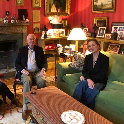 Nicht nur das Treffen von König Albert und Königin Paola mit Neu-Prinzessin Delphine am 25. Oktober 2020 war ein historischer Moment, sondern auch der Einblick, den das royale Paar damit in ihren Wohnsitz ins Schloss Belvédère gewährt, hat Seltenheitswert. Vom Schloss selbst gibt es nur vereinzelte Aufnahmen, vom königlichen Interieur noch viel weniger. Mit roter Streifentapete, vielen privaten Familienbildern, alten Gemälden und samtenen Sitzmöbeln ist das Kaminzimmer äußerst gemütlich. Und doch will bei dem Bild keine wirkliche Gemütlichkeit aufkommen, keine Getränke sind zu sehen, nur sechs trockeneKekse wirken auch nicht so recht gastlich, und Königin Paola wirkt mit ihrer Tasche auf dem Schoß, als würde sie gleich wieder gehen wollen.