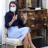 Königin Letizia hält Audienzen im Palast. Sie trägt einenhellblauen Bleistiftrock von Hugo Boss, den sie zu einer dunkelblauen Bluse und schlichten Pumps kombiniert. EinabsoluterKlassiker, den wir schon oft an ihr und anderen Royals gesehen haben - und trotzdem kommen bei diesen neuen Fotos Fragen auf.