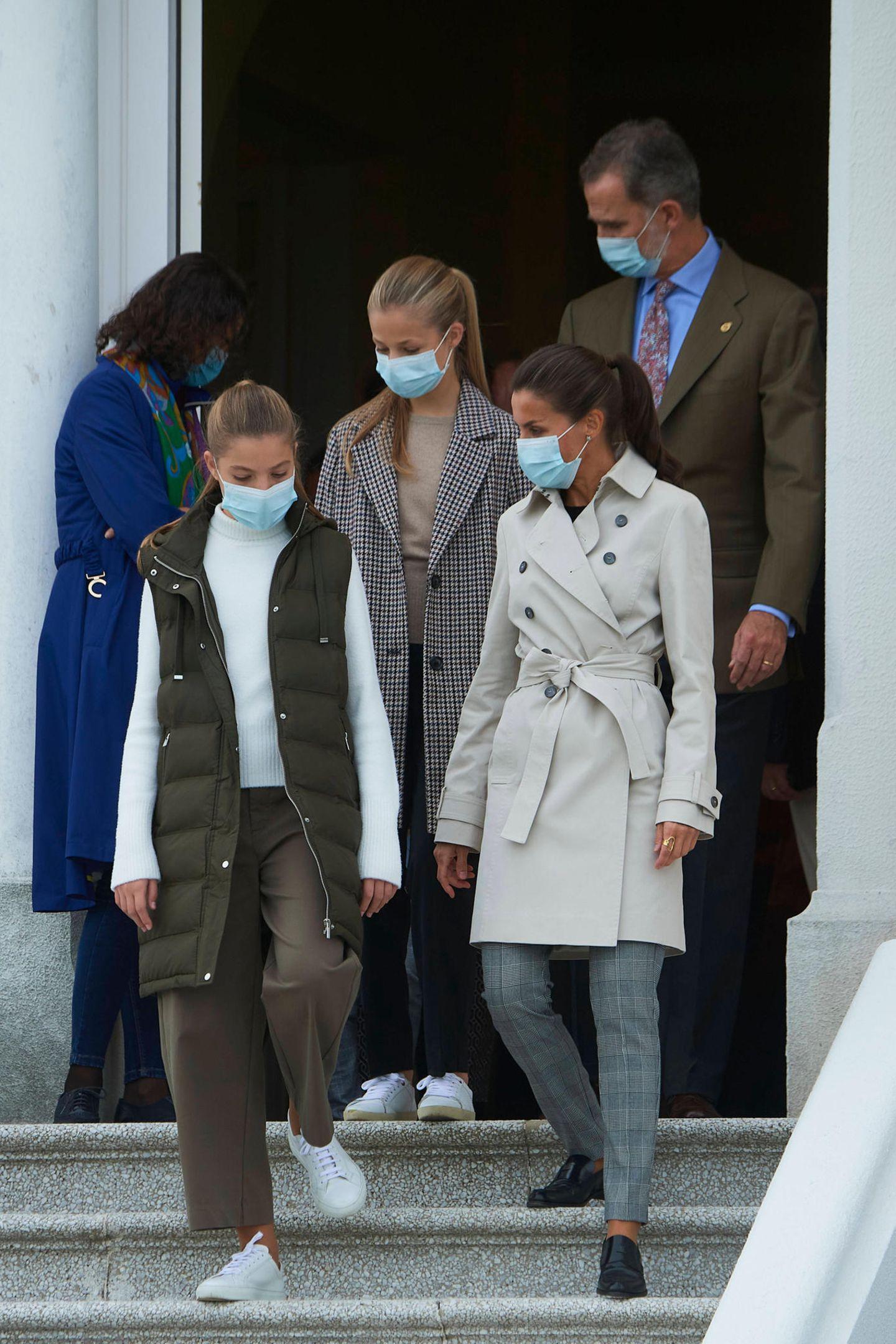 Sofia und Leonor absolvieren immer öfter Auftritte mit ihren Eltern. Die Entwicklung ihres eigenen Stils ist dabei deutlich zu erkennen! Sofia zeigt sich mit cooler Daunenweste über ihrer Khaki-Weiß-Kombi.