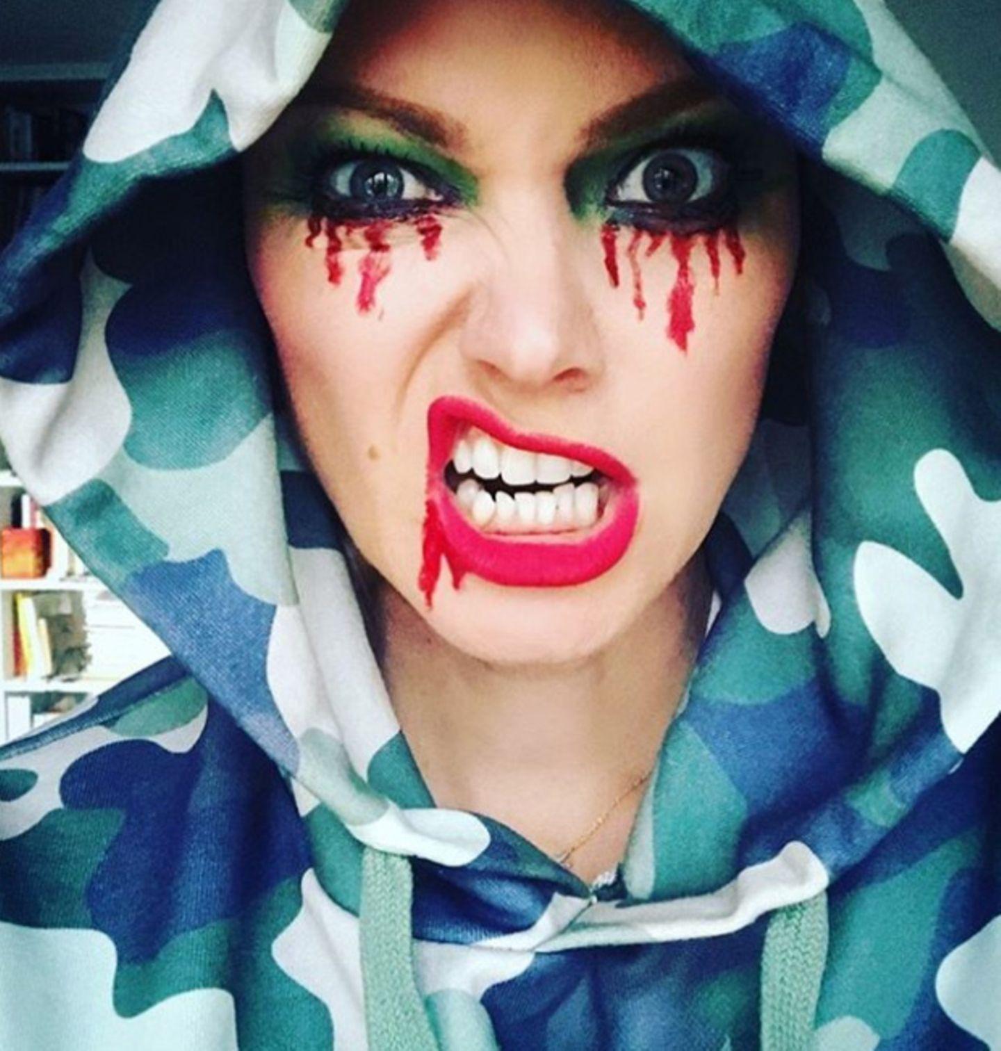 Dieses Jahr wird Halloween zu Hause gefeiert. Also, gemütliches Hoodie aufsetzten und das Beste daraus machen, sowie Model Franziska Knuppe.