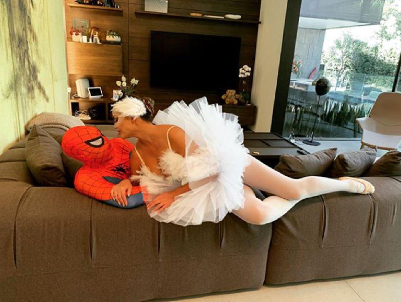 Als schöner Schwanbezirzt Chrissy Teigen ihren Spider-Man John zu Hause auf der Couch.