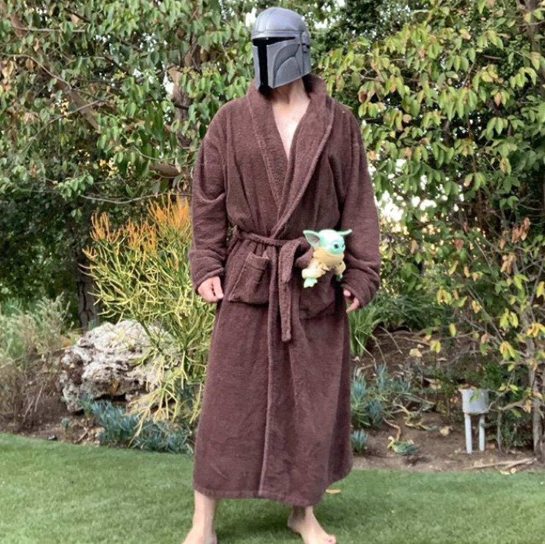 Der kanadische Schauspieler Nathan Fillion hat das perfekte Kostüm für die derzeitige Situation gefunden: Mit Maske und Jedi-Bademantel wandelt er durch deneigenen Garten.