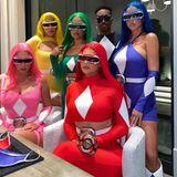"""Im roten """"Power Rangers""""-Anzug bleibt Kylie Jennerihrer Vorliebe für figurbetonte Outfits treu. Und bevor die Welt gerettet wird, ist auch noch Zeit für ein Foto."""
