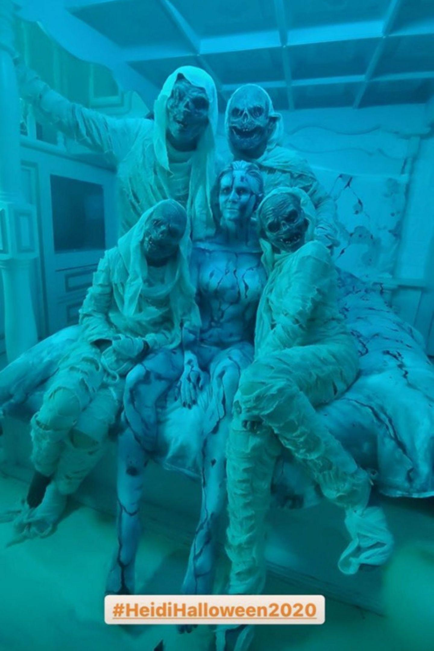 2020: Heidi Klum lässt sich trotz Corona-Pandemie die Freude auf Halloween nicht nehmen. Ihr Plan: Ein gruseliges Instagram-Video für ihre Fans. Dabei verkleiden sich nicht nur ihr Mann Tom Kaulitz und sie, sondern auch HeidisKinder sind zum ersten Mal Teil von Heidis Halloween-Horror-Show. Das Ergebnis kann sich sehen lassen: Leni, Henry, Lou und Johan sind in dem Video als in Toilettenpapier gewickelte Zombies zu sehen, die ihre Mama Heidi durchs Haus jagen. Um sich vor ihren eigenen Kindern zu verstecken ...