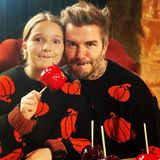 """31. Oktober 2020  Zum Anbeißen süß: Mit Vampirzähnchen wünschen David Beckham und Tochter Harper ihren Fans """"Happy Halloween"""" via Instagram. Im kuscheligen Outfit und selbst gemachten Liebesäpfeln scheint es sich die Familie zu Hause so richtig gemütlich gemacht zu haben."""
