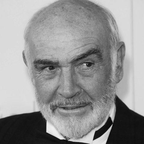 """31. Oktober 2020: Sir Sean Connery (90 Jahre)  Hollywood-Legende Sean Connery wurde mit seiner Rolle als erster """"James Bond"""" weltberühmt. Zwischen 1962 und 1983 spielte der gebürtige Schotte den britischen Geheimagenten sieben Mal.Aber auch jenseits des 007-Universums konnte er sich als erfolgreicher Schauspieler etablieren. Im Jahr 1988erhielt Connery einen Oscarfür seine Nebenrollein """"Die Unbestechlichen""""an der Seite von Kevin Costner. 2000 wurde Connery von Queen Elizabeth in den Adelsstand erhoben und durfte sich seither """"Sir""""nennen. Nun ist der britische Filmstar laut Angaben seiner Familie in seinem Zuhause auf den Bahamas friedlich im Schlaf gestorben."""