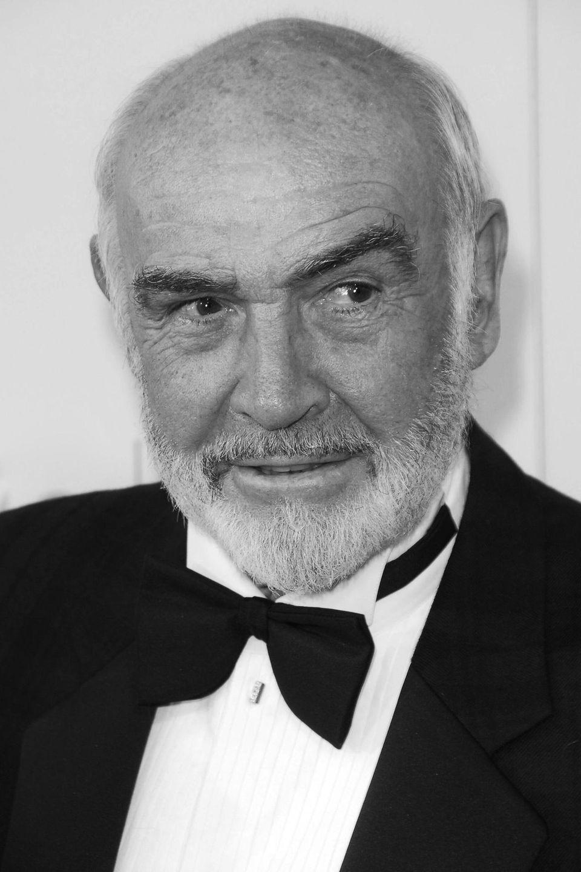 """31. Oktober 2020: Sir Sean Connery (90 Jahre)  Hollywood-Legende Sean Connery wurde mit seiner Rolle als erster """"James Bond"""" weltberühmt. Zwischen 1962 und 1983 spielte der gebürtige Schotte den britischen Geheimagenten sieben Mal.Aber auch jenseits des 007-Universums konnte er sich als erfolgreicher Schauspieler etablieren. Im Jahr 1988erhielt Connery einen Oscarfür seine Nebenrollein """"Die Unbestechlichen""""an der Seite von Kevin Costner. 2000 wurde Connery von Königin Elisabeth in den Adelsstand erhoben und durfte sich seither """"Sir""""nennen. Nun ist der britische Filmstar laut Angaben seiner Familiefriedlich im Schlaf in seinem Zuhause auf den Bahamas gestorben.Nähere Infos zum Tod des Stars sind bisher jedoch nicht bekannt."""