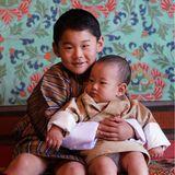 1. November 2020  Am 1. November wird in Bhutan der Krönungstaggefeiert, anlässlich dessendie Königsfamilie neue Aufnahmen aus dem Dechencholing-Palast veröffentlicht. Vor allem das Foto der beiden Drachenprinzen, auf demJigme Namgyel seinen kleinen BruderUgyen Wangchuck im Arm hält,sorgt dabei für Entzückung.