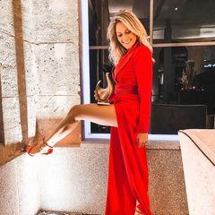 """Endlich sehen wir sie wieder: Helene Fischer postet anlässlich ihres Preises """"Die goldene Henne"""" einen sexy Schnappschuss von sich in einem roten Abendkleid. Sie weißsich perfekt in Szene zu setzen und zeigt ganz lässig ihr nacktes Bein. Helenes Fans finden es super und überhäufen die hübsche Sängerin mit Komplimenten: """"Ich habe keine Worte dafür, wie wunderschön du aussiehst"""", oder """"du bist und bleibst die Queen"""" heißt es in der Kommentarfunktion. Und auch wir stellen fest: Helene sieht nicht nur sexy, sondern auch unglaublich glücklich aus!"""