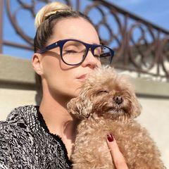 Michelle Hunziker fühlt sich pudelwohl: Mit ihrem süßen Fellknäuel genießt sie diewärmende Herbstsonne und sendet schöne Sonntagsgrüße via Instagram.