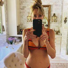 Mit ihren63 Jahren hatMelanie Griffith ein großartiges Verhältnis zu ihrem Körper. Im sexy Streifen-Bikini und mit einem lässigen Dutt stellt sich die Schauspielerin vor den Spiegel und schießt ein Foto. Zusammen mit einem Appell, wählen zu gehen, stellt Melanie es außerdem auf Instagram online. Eine gar nicht mal so schlechte Strategie - denn Aufmerksamkeit erhascht Melanie mit diesem Bild allemal.