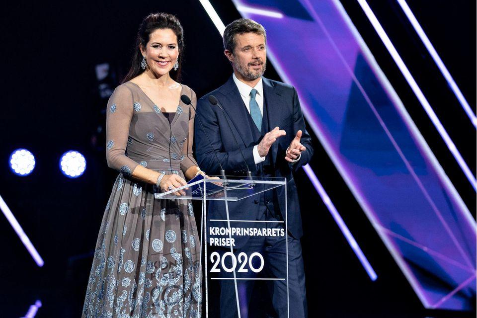Auf der Bühne verkünden Prinzessin Mary und Prinz Frederik die glücklichen Preisträger. Der Kulturpreis wirdseit 2005 vom Thronfolgerpaar des dänischen Königshauses verliehen. Mit ihm werden soziale Projekte sowie junge, dänische Künstler prämiert.