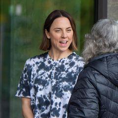Mel C.zeigt sich ineinem schwarz-weißenBatik-Shirt und mit sichtlich guter Laune beim Plaudernin Berlin. Beim genaueren Hinschauen fällt auf: Das ehemalige Bandmitglied der Spice Girls gibt durch den Crop-Schnitt ihres Oberteils (ungewollt) Einblicke auf ihr Bauch-Tattoo.