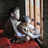 Geschwisterliebe: Prinz Jigmehält seinen kleinen BruderUgyen fest im Arm.