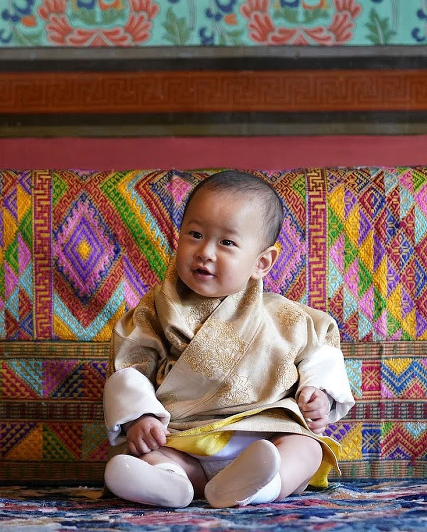 Ganz fröhlich in die Welt schaut der jüngste Spross der Königsfamilie aus Bhutan.