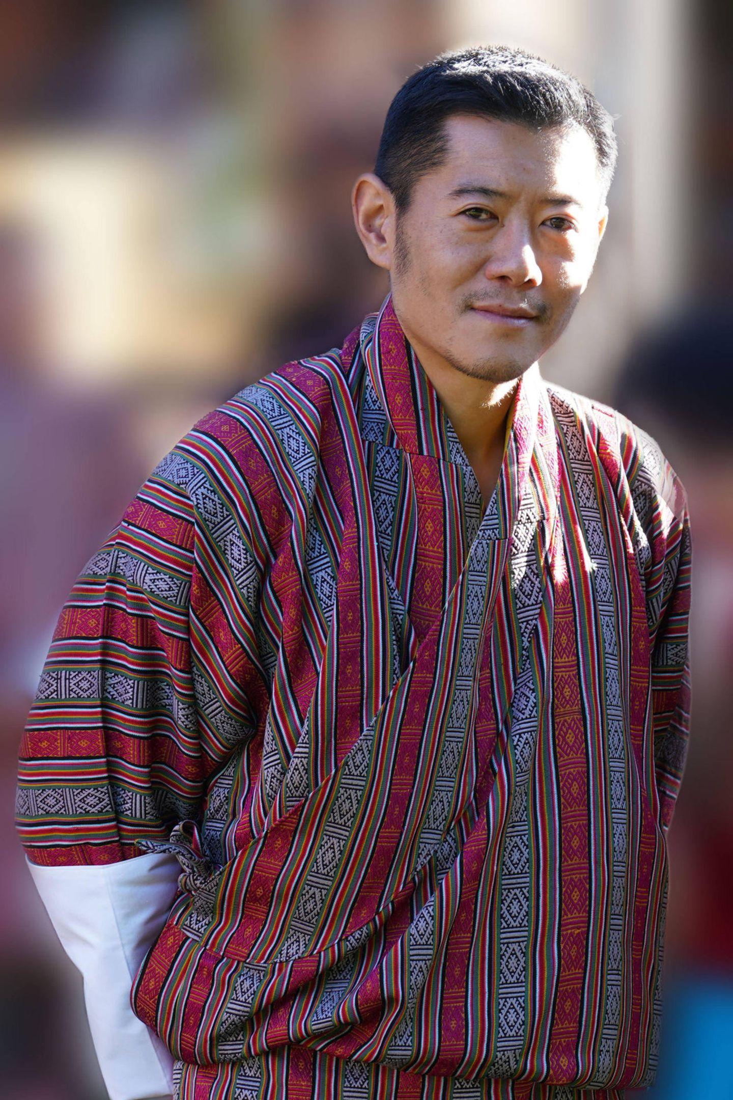 Vom Familienoberhaupt König Jigme, dessen Krönungstag am 1. November gefeiert wird, gibt es dieses Mal aber nur ein älteres Bild.