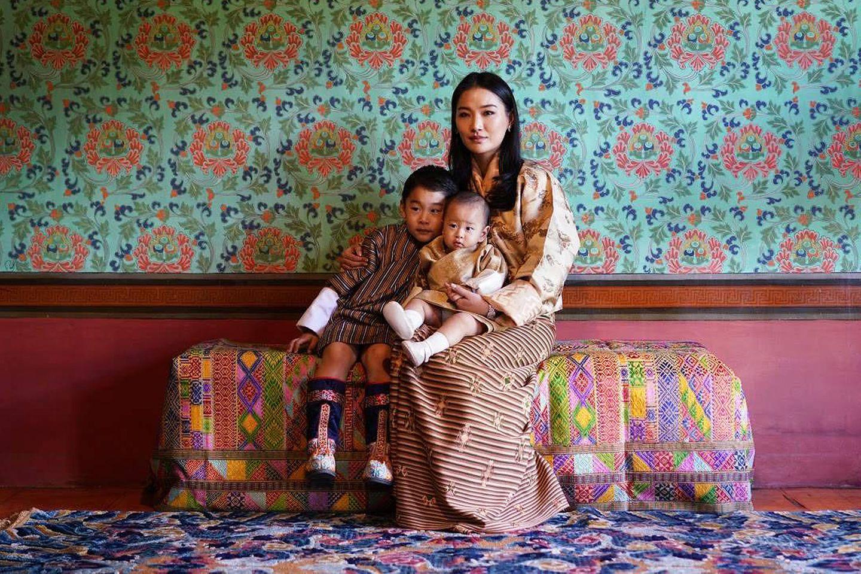 1. November 2020  Am 1. November wird in Bhutan der Krönungstaggefeiert, anlässlich dessendie Königsfamilie neue Aufnahmen aus dem Dechencholing-Palast veröffentlicht. Königin Jetsun bezaubert hier mit ihren zwei kleinen Prinzen auf dem Schoß.